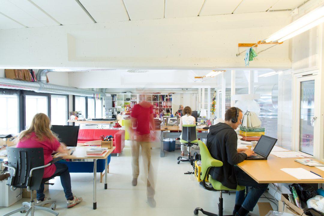 bilde av kontorlokaler med folk i bevegelse fra mezzaninen