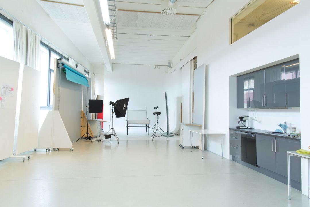 Bilde av stort tomt rom med fotostudio i enden