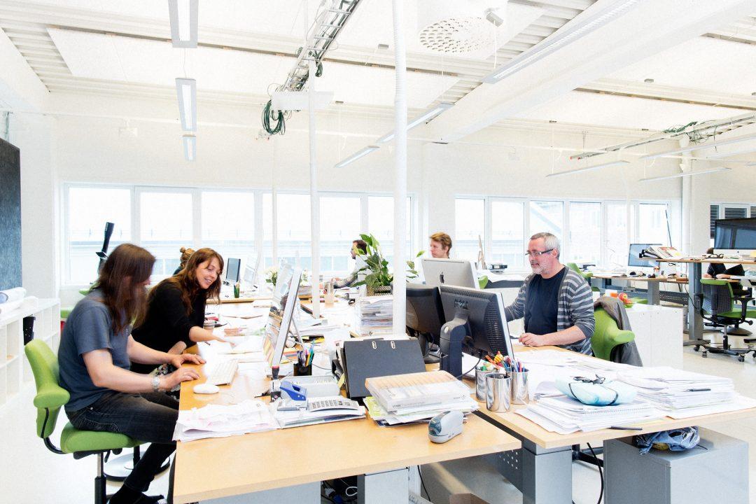 Bilde fra storrommet med folk som jobber