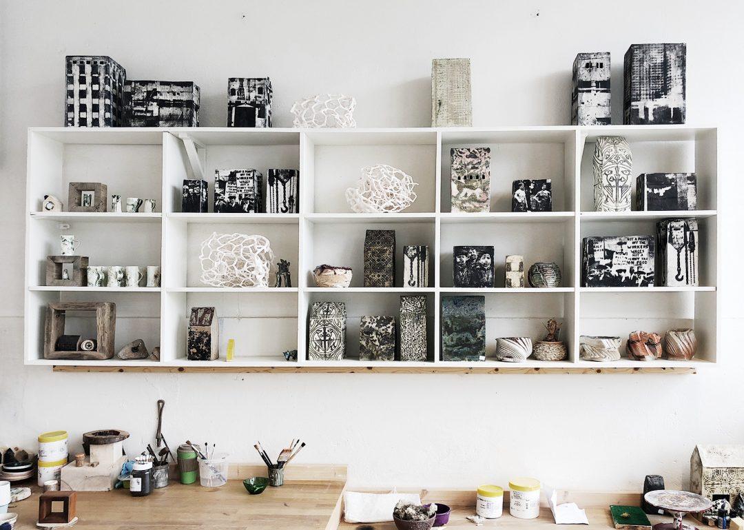 Bilde av en nylle med mye forskjellig keramikk